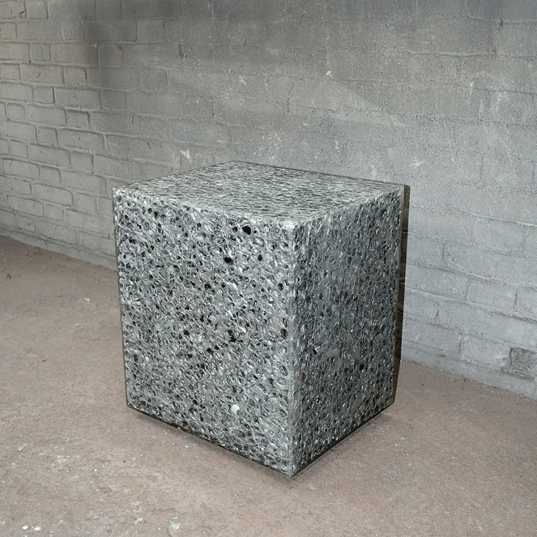 Kubus, kruk, blok gemaakt van allusion met epoxy (resin).