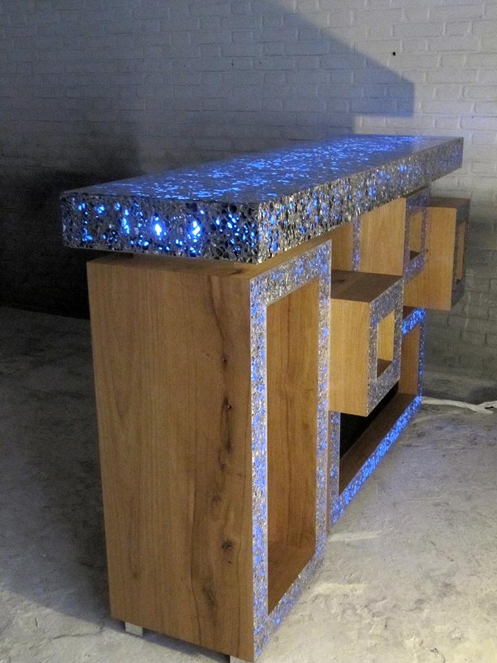 Counter, balie bovenblad en voorkant gemaakt van allusion met epoxy (resin). Achter allusion zit RGB verlichting verwerkt. Onderzijde balie, counter gemaakt van massief eiken hout afwerkt in de matte twee componenten meubellak.