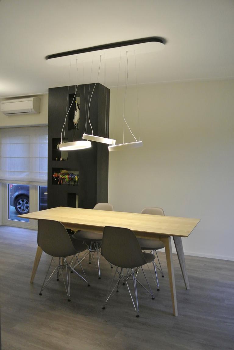 Totaal ontworpen en gerealiseerde woonkamer en keuken eettafel gemaakt van massief essen hout gespoten in de matte twee componenten lak. Kast gemaakt van blauw staal.