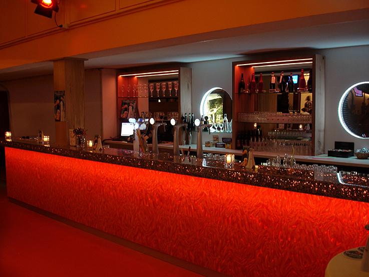 De Geus in Broek op Langedijk heeft een nieuwe bowlingbaan geopend, voor deze bowlingbaan is een bar ontworpen en gerealiseerd door Hartwerk. Voor deze bar zijn innovatieve materialen gebruikt. Alusion en Epoxy zijn gebruikt voor de bartop in combinatie met Led verlichting. De voorkant van de bar is bekleed met oranje Magiflex. Opdrachtgever: de Geus Ontwerp: Hartwerk