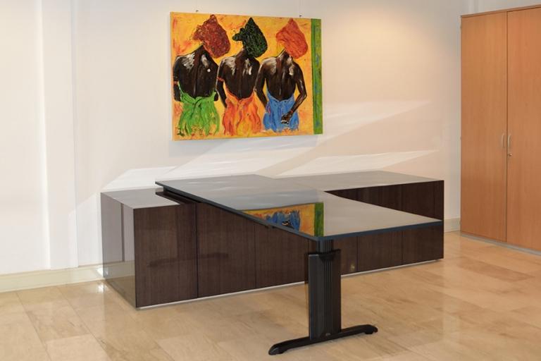Kantoor service bedrijf Koster dressoir met deuren afgewerkt in behang van Arte met epoxy (resin). Bureaublad gemaakt van MDF gebeitst in kleur en afgewerkt met epoxy