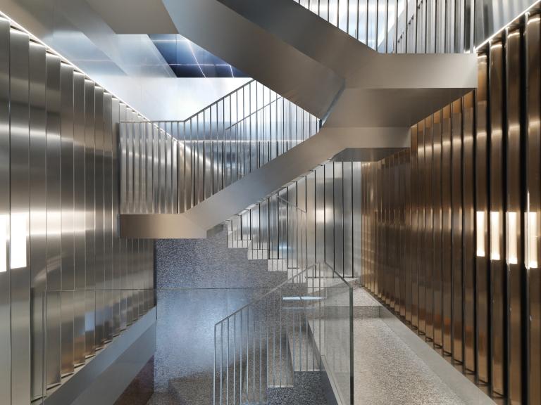 Repossi Place Vendome ontwerp OMA maatwerk trap bekleding met Epoxy Resin allusion alusion
