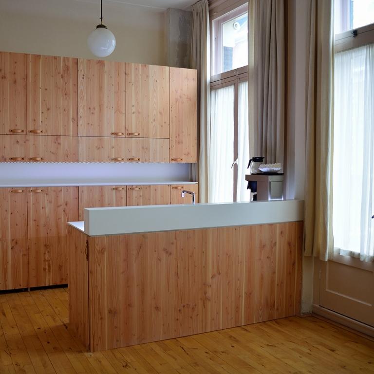 Keuken, pantry fronten gemaakt van pools grenen met leren greepjes. Aanrechtblad gemaakt van Hi-macs alpine white met led verlichting.