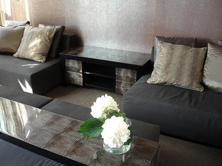 Kastje en tafel gemakt met behang met epoxy (resin). kopse kanten en binnenzijde afgewerkt met twee componenten meubellak.