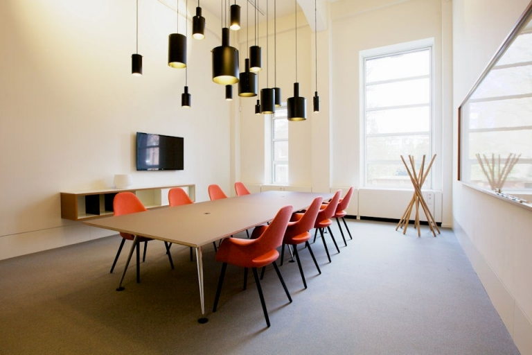 Spaces Den Haag vergadertafel boardoom tafelblad voorzien van desktop op een berken multiplex basis. Onderstel door FacilitylinQ geleverd.