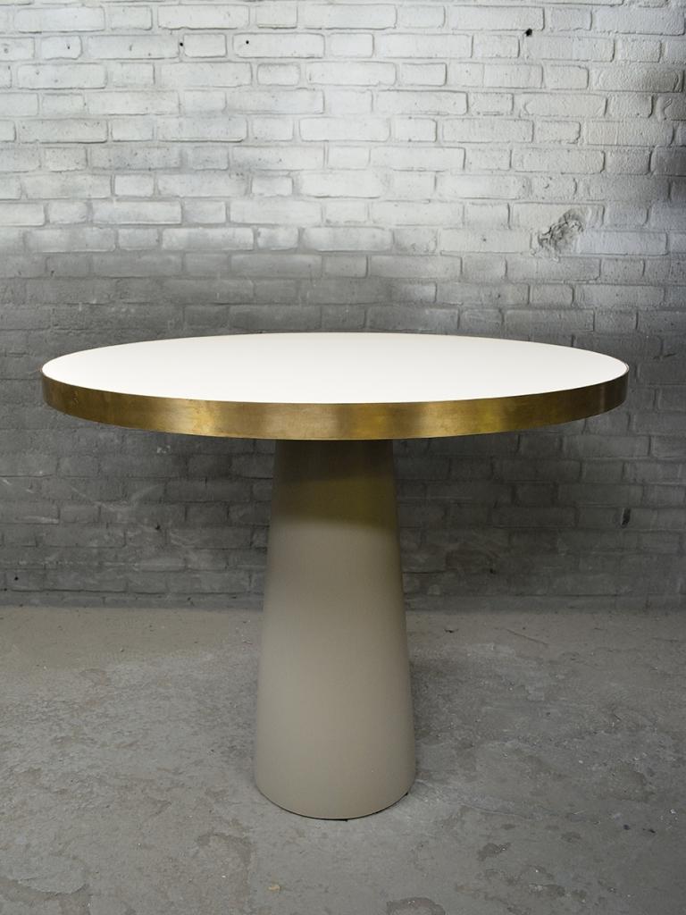 Brons messing rand om Fenix hpl tafelblad. Onderstel op maat gemaakt en gespoten in kleur.