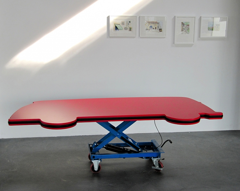 Volkswagen bus tafel gemaakt gespoten in de matte rode twee componenten meubellak. Op de kopse kant een rubberen stoot rand.