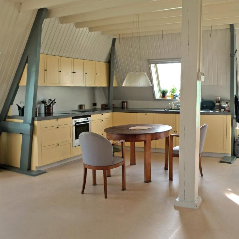 Maatwerk keuken gespoten in kleur met bossing deuren en een stenen werkblad