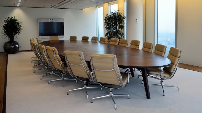 Boardroom table vergader tafel maatwerk met Bubinga fineer en massief Wenge lijsten volgens patroon op een onderstel van Wenge in het FLo ontwerp op de jaren 60 geïnspireerd