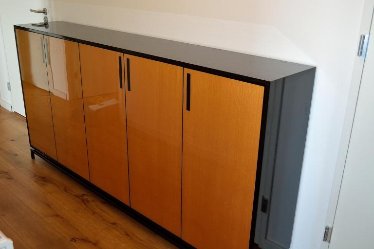 Hoogglans dressoir met gouden epoxy (resin) deuren