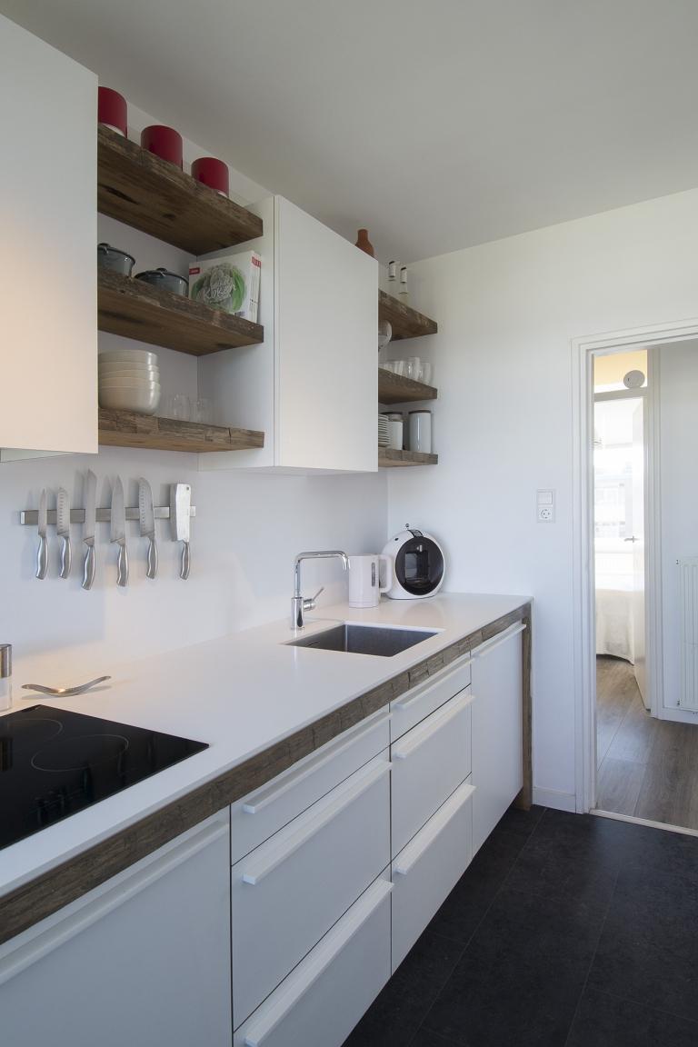 Apartement Purmerend Sportlaan keuken met Solid Surface LG Hi-macs werkblad lijsten van reclaimed hout en fronten afgewerkt met HPL